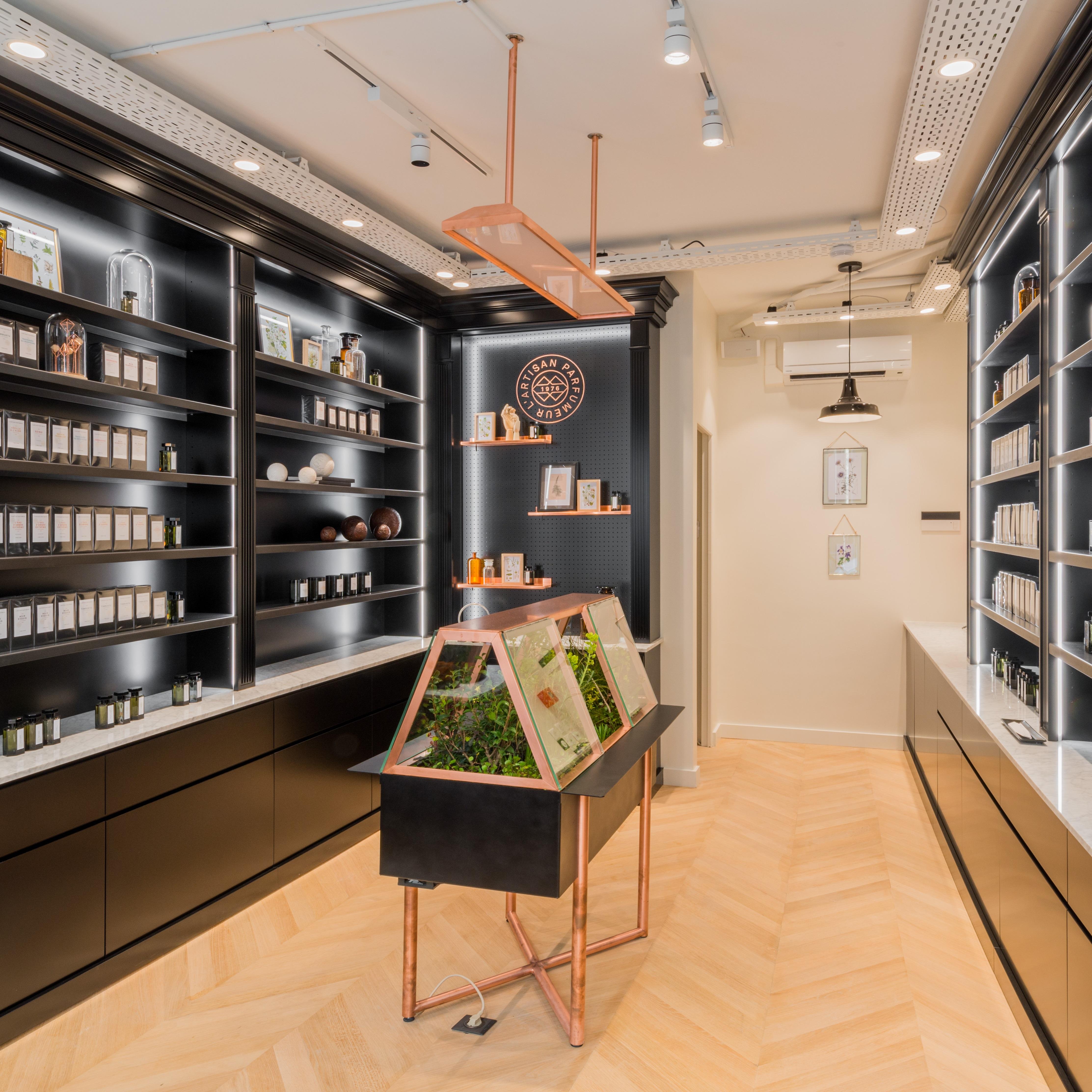 l 39 artisan parfumeur marais paris parfumerie de niche auparfum. Black Bedroom Furniture Sets. Home Design Ideas